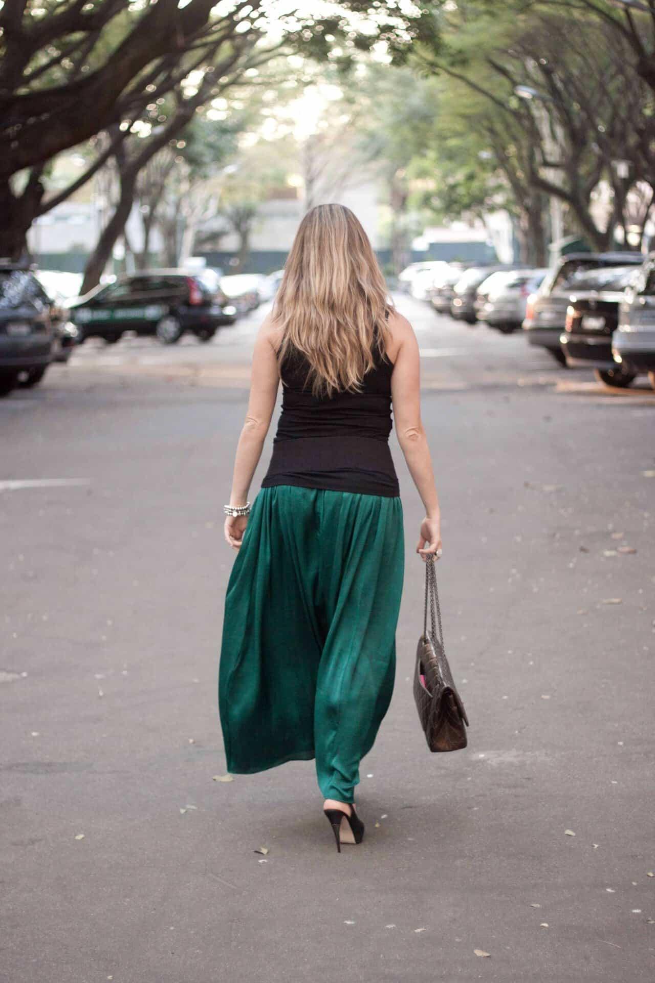 7e5053ef3f39e Saia verde Zara, regata e cinto Gap, salto Gloria Ortiz, pulseira Uno de  50, anel e colar Carla Amorim, bolsa Chanel e óculos Louis Vuitton