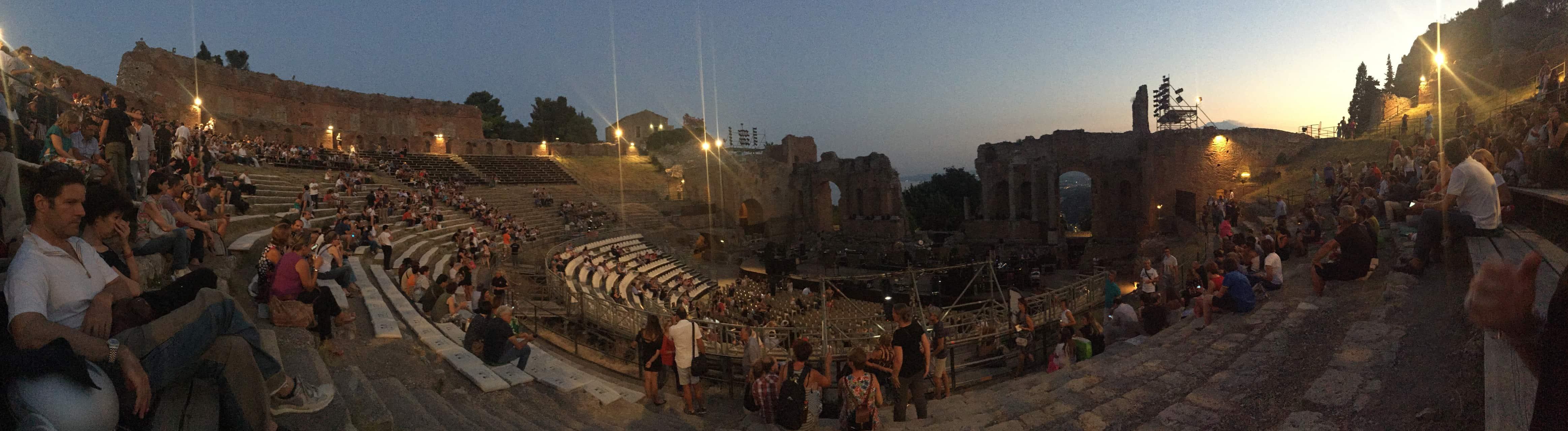 493c87ea5 Nossa única chance de conhecer o Teatro Grego era entrar nele por  intermédio de algum evento, já que todas as noites havia um e durante o dia  ~não tinha ...
