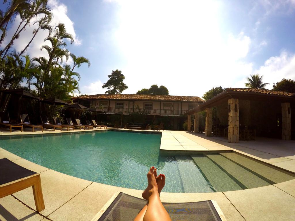 Foto clássica, dos pezinhos na piscina!
